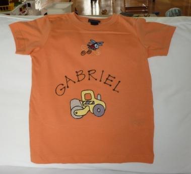 Syprojekt 125 Köpt t-shirt på H&M som piggats upp lite med namn, en helikopter och en vägvals.