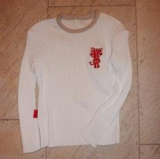 Syprojekt 151 Remake av en av mina gamla tröjor som inte passar längre. Det enda jag gjort är att korta av ärmar och kropp och fästa ihop dom igen. Satte på ett kattmärke för att få det lite roligare.