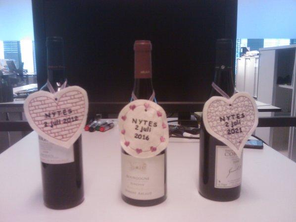Syprojekt 158 Till en kollegas bröllop köpte vi på jobbet tre flaskor vin att avnjuta om 1, 5 och 10 år. Fint med etiketter på för att komma ihåg vilken som är vilken. Etiketterna har fått stöd av lite lim för att dom inte ska kunna peta bort märkningen (inte så lätt iallafall).