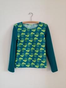 Syprojekt 229 Långärmad tröja med kameleonter på. Ekotextil från Stoff og Stil, ärmarna var resttyg jag hade hemma.