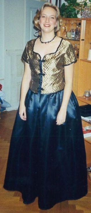 Syprojekt 26 Tvådelad balklänning till nyårsfirandet 1999-2000. Toppen i guldbrokad med påsydda pärlor, kjolen i svart duchesse. Min frisyr får ni på köpet :)