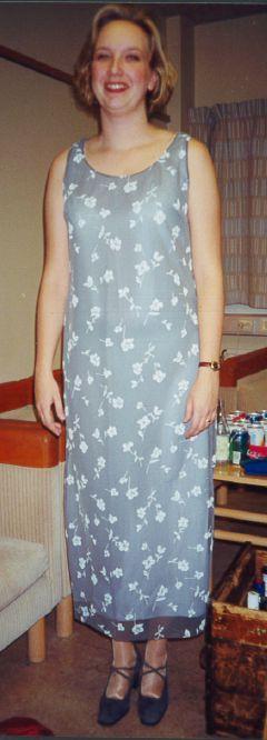 Syprojekt 28 Tunn grå lite fladdrig klänning, gjord i två lager med vitt under och genomskinligt grått över.
