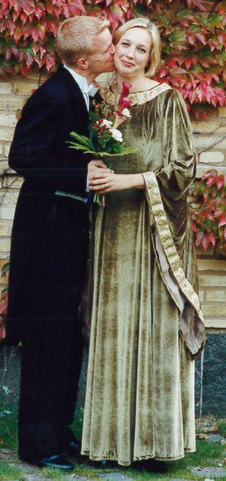 Syprojekt 42 Min bröllopsklänning, ergo från 2001. Tyget är mossgrön stretchsammet, kantband i beige med blommor på, mönster är ihopklippt av två olika.