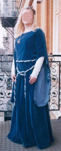 Syprojekt 59 Klänning i medeltidsstuk gjord till en bal på Chalmers. Underklänning i lakansväv med den handvirkade kanten på lakanet använt som mudd i underklänningen. Själva klänningen gjord i duvblå sammet. Handgjorda band både runt liv och hår. Mönster från Stadsmuseet i Göteborg, tyg från Gårda Textil.