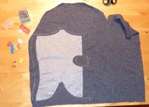 Här är bakstycket på en tröja som var sydd med raglanärmar, det är därför det fasar av lite uppåt. Kivatstyle-mönstret ritas på med lite extra marginal (eftersom den förra var lite för liten)