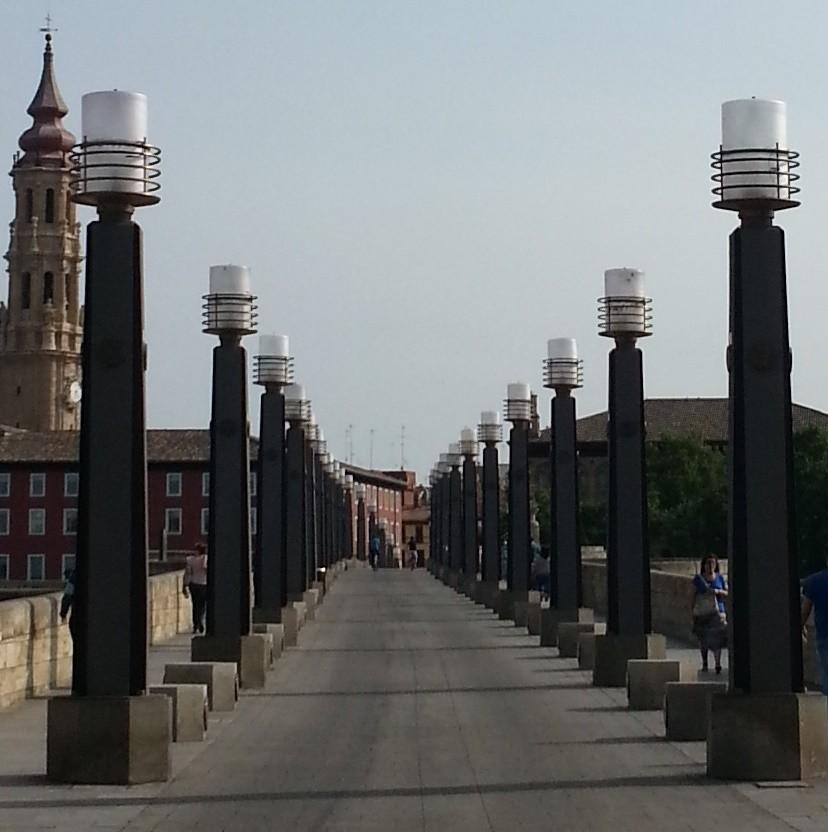 Väldigt gåvänligt över floden, många gångbroar med begränsad eller ingen biltrafik