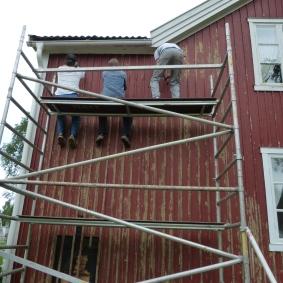 Okej, huvudmålet med att åka till Bastunäs just den här veckan; att måla Lillstugan. Först skrapa...