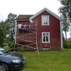 ....måla hus (börjar bli lite bitter vid det här laget; att stå med näsan mot en vägg i fem dagar är inte helt min uppfattning av en lyckad semester)