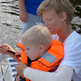 ....mer idyll; stora kusiner som hjälper små att fiska, så alla mammor och pappor kan...