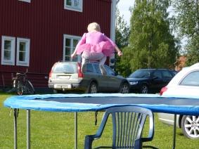 ...barn som hoppar studsmatta i det oändliga så alla mammor och pappor kan....