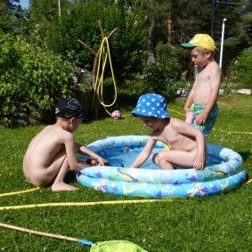 Bad med kusinen; än så länge bara i poolen. Malte tittar på för säkerhets skull.