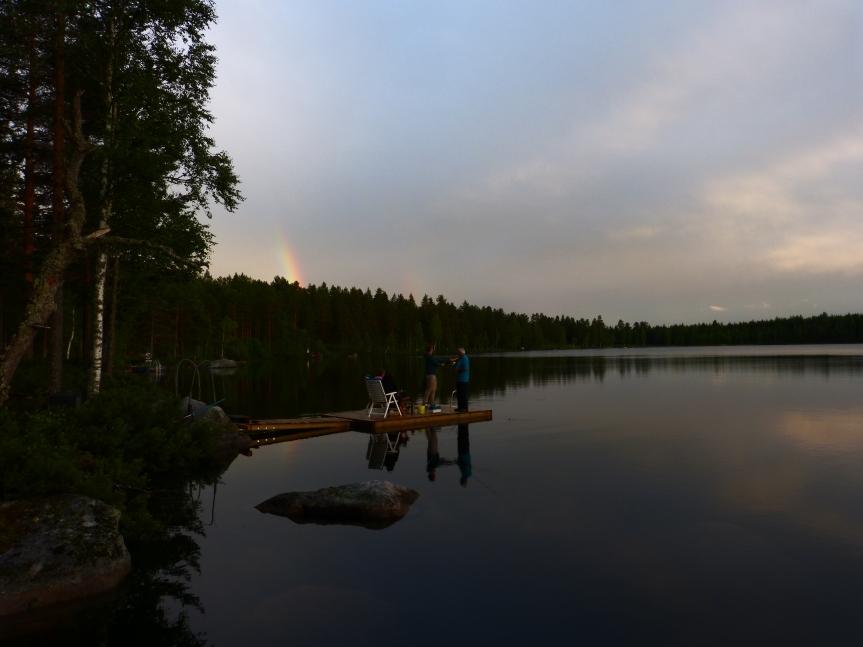 Spöfiske i den spegelblanka Ljussjön. Regnbågen tittar på.