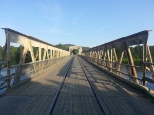 Tåg, bil, cykel, och gång i en enda stor hög på den enfiliga (två om det kniper) bron