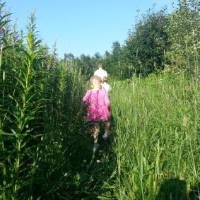 Tufft att gå för en liten kille som är nästan lika hög som gräset