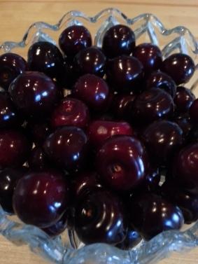 Vi har plockat så mycket körsbär vi kunnat innan de blev övermogna. Körsbär är en handelsvara på Christmansvägen; Vi får potatis och morötter och Leif (och andra) får körsbär