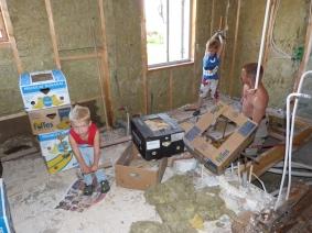 Det första att göra på semestern i det blivande sovrummet var att hacka loss allt kakel. Ivriga medhjälpare var det gott om.