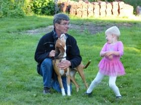 Lilla prinsessan plojar med farfar.