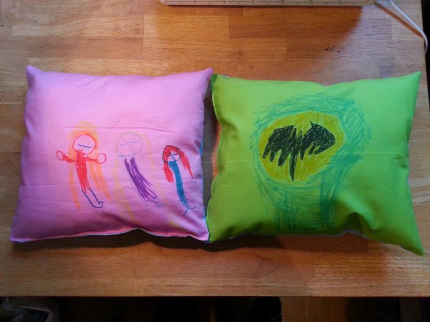 Den stickade sjöjungfrun längst till vänster, Rapunzel i sin lila klänning och långa blonda hår i mitten och Ariel med rött hår och grön klänning längst till höger. Åsså Batman förstås.