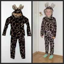Syprojekt 248 Giraffdräkt till en maskerad. Överdelen är en långärmad T-shirt med dragkedja i ryggen eftersom girafftyget var så stelt. Byxorna är samma gamla vanliga leggingsmönster, och hättan med hornen är en huva från ett annat mönster. Fastsatt med tryckknappar i halsringningen så man kan ta loss det vid tvätt. Tror inte hornen och öronen gillar att bli tvättade...