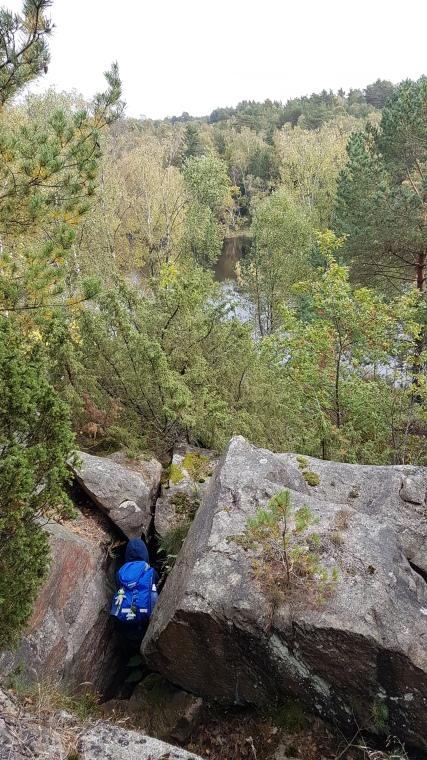 Upp och klättra ner i skrevor igen. Axlemossen skymtar nere mellan träden.