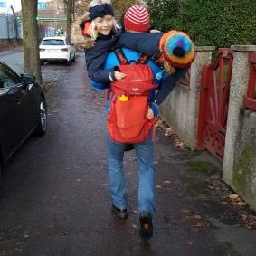 Oskar tränar inför en mycket seriös alpresa i vår och gick hela turen med extravikt i ryggsäcken i form av mjölpåsar. Och på slutet bar han båda barnen en bit för att dom var trötta och det blev lite mer träning :)