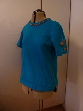 Syprojekt 200 Misslyckat blått linne med knappbroderi på ena ärmen