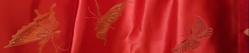 Röd kappa medguldknappar