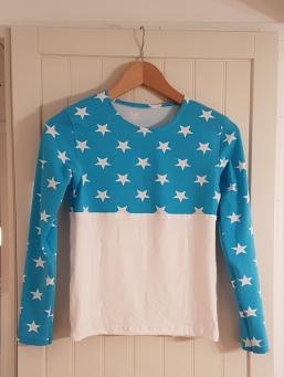 Syprojekt 315, enkel tröja i två olika tyger - perfekt för restbitar. Mönstret är ursprungligen Ottobre Creative Workshop 301 (?)