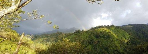 Regnbåge över bergen i söder, branta djungelstup, otroligt dramatisk natur
