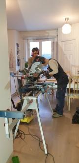 Från jullovet, när A hjälpte O att bygga - hans första lönearbete! Och ja, det lilla lilla köket är till större delen fullt av en sågbänk. Allt för att skapa en myyyysig hemmaatmosfär av kreativitet!