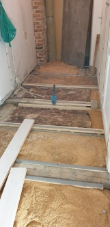Så här såg det ut när golvet var borta men med isolering på plats och precis innan nya trägolvet las på.